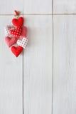 Предпосылка дня валентинки, пук сердец подушки на древесине, космосе экземпляра Стоковое Фото