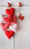 Предпосылка дня валентинки, пук сердец подушки на древесине, космосе экземпляра Стоковые Изображения