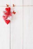 Предпосылка дня валентинки, пук сердец подушки на древесине, космосе экземпляра Стоковое Изображение