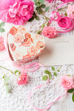 Предпосылка дня валентинки, розовые розы, подарочная коробка, винтажная открытка Стоковое Изображение RF