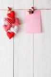 Предпосылка дня валентинки, сердца подушки и карточка на древесине Стоковая Фотография RF
