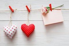 Предпосылка дня валентинки, сердца подушки и карточка на древесине Стоковое Изображение RF