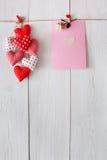 Предпосылка дня валентинки, сердца подушки и карточка на древесине Стоковая Фотография