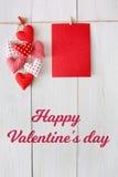 Предпосылка дня валентинки, сердца подушки и карточка на древесине Стоковое фото RF