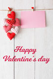 Предпосылка дня валентинки, сердца подушки и карточка на древесине Стоковое Изображение