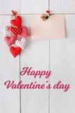 Предпосылка дня валентинки, сердца подушки и карточка на древесине Стоковые Изображения RF