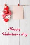 Предпосылка дня валентинки, сердца подушки и карточка на древесине Стоковые Фото