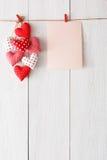 Предпосылка дня валентинки, сердца подушки и карточка на древесине Стоковые Фотографии RF