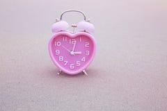Предпосылка дня валентинки с будильником сердца Стоковое Изображение RF