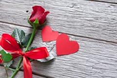 Предпосылка дня валентинки, handmade сердца и розовый цветок на древесине Стоковое Изображение