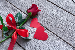 Предпосылка дня валентинки, handmade сердца и розовый цветок на древесине Стоковое Фото