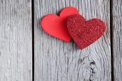 Предпосылка дня валентинки, handmade сердца на древесине с космосом экземпляра Стоковое Фото