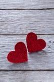 Предпосылка дня валентинки, handmade сердца на древесине с космосом экземпляра Стоковые Фотографии RF