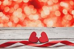 Предпосылка дня валентинки, handmade сердца на древесине с праздником освещает Стоковые Фотографии RF