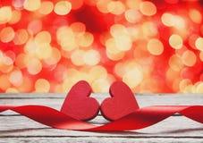 Предпосылка дня валентинки, handmade сердца на древесине с праздником освещает Стоковые Изображения