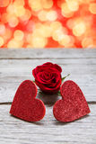 Предпосылка дня валентинки, handmade сердца на древесине с праздником освещает Стоковое Изображение RF