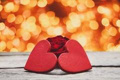 Предпосылка дня валентинки, handmade сердца на древесине с праздником освещает Стоковые Изображения RF