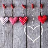 Предпосылка дня валентинки, handmade сердца подушки на древесине, космосе экземпляра Стоковое Фото
