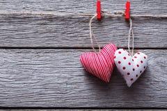 Предпосылка дня валентинки, handmade сердца подушки на древесине, космосе экземпляра Стоковая Фотография