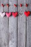 Предпосылка дня валентинки, handmade сердца подушки на древесине, космосе экземпляра Стоковая Фотография RF