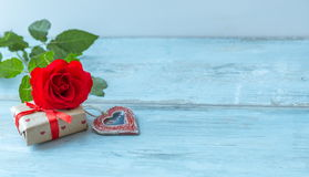 Предпосылка дня валентинок с винтажным сердцем и красными розами венчание сети шаблона страницы приветствию карточки предпосылки  Стоковые Фото