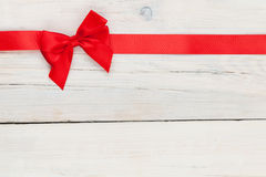 Предпосылка дня валентинок с красной лентой стоковые изображения rf