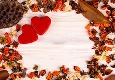 Предпосылка дня валентинок с оранжевым коричневым цветом высушила заводы Стоковые Фотографии RF