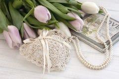 Предпосылка дня валентинок с розовыми тюльпанами и карточка подарка на деревянном столе Стоковые Изображения RF