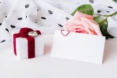 Предпосылка дня валентинок St - персик поднял, пустая карточка влюбленности с открытым космосом для текста и коробка для подарка  Стоковые Изображения