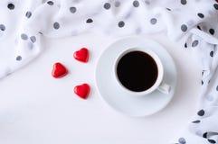 Предпосылка дня валентинок St - чашка кофе, сердце сформировала конфеты, положение квартиры Стоковые Фото