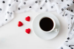 Предпосылка дня валентинок St - чашка кофе, сердце сформировала конфеты, положение квартиры Стоковые Изображения RF