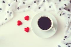Предпосылка дня валентинок St - чашка кофе, сердце сформировала конфеты, положение квартиры Стоковое Изображение RF