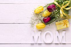 Предпосылка дня матерей с букетом тюльпанов и подарочной коробки на a Стоковые Изображения