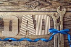 Предпосылка дня отцов с письмами и гаечными ключами картона Стоковые Фотографии RF