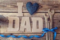 Предпосылка дня отцов с письмами и гаечными ключами картона Happ Стоковые Фото