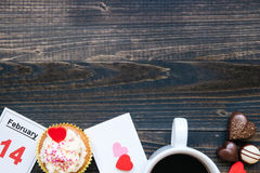 Предпосылка дня ` s Валентайн Карточка, кофе, шоколад и пирожное дня ` s валентинки с космосом экземпляра на темной предпосылке Стоковое Фото