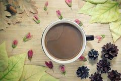 Предпосылка осени уютная - чашка кофе с молоком, листьями желтого цвета осени, деревянной предпосылкой Концепция натюрморта осени Стоковые Изображения RF