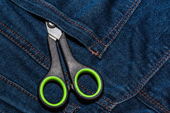 Предпосылка от голубых джинсов с карманн и пара ножниц Стоковая Фотография RF