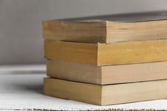 Предпосылка от книг книги закрывают вверх Книги на полке Стоковые Изображения RF