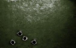 Предпосылка панцыря металла зеленая воинская с пулевыми отверстиями Стоковые Изображения RF