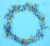 предпосылка партии голубая с красочным confetti Стоковая Фотография