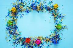 предпосылка партии голубая с красочным confetti Стоковое Изображение RF