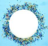 предпосылка партии голубая с красочным confetti Стоковые Изображения