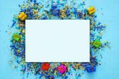 предпосылка партии голубая с красочным confetti Стоковые Изображения RF