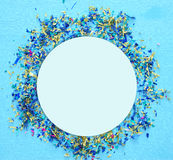 предпосылка партии голубая с красочным confetti Стоковое фото RF