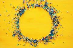 предпосылка партии желтая с красочным confetti Стоковые Изображения