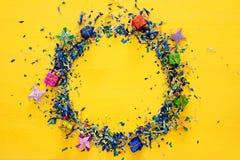 предпосылка партии желтая с красочным confetti Стоковая Фотография