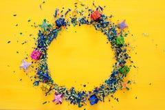 предпосылка партии желтая с красочным confetti Стоковые Фото