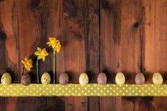 Предпосылка пасхи винтажная ретро Украшение пасхальных яя на темной древесине, космосе экземпляра Стоковое Изображение RF