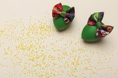Предпосылка пасхи с зелеными яичками с красочным смычком стоковое фото rf